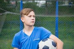 Παιδί με το παίζοντας ποδόσφαιρο σφαιρών Στοκ φωτογραφία με δικαίωμα ελεύθερης χρήσης