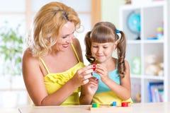 Παιδί με το παιχνίδι μητέρων μαζί στον πίνακα Στοκ Εικόνα