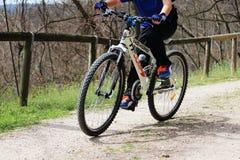 Παιδί με το ποδήλατο βουνών Στοκ φωτογραφία με δικαίωμα ελεύθερης χρήσης