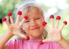 Παιδί με το σμέουρο στοκ εικόνες με δικαίωμα ελεύθερης χρήσης
