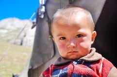 Παιδί με το λυπημένο πρόσωπο στο Κιργιστάν Στοκ φωτογραφίες με δικαίωμα ελεύθερης χρήσης