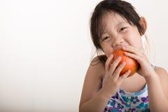 Παιδί με το υπόβαθρο της Apple/της Apple εκμετάλλευσης παιδιών Στοκ Εικόνες