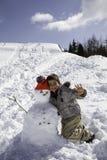 Παιδί με το χιονάνθρωπο Στοκ φωτογραφία με δικαίωμα ελεύθερης χρήσης