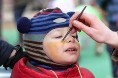 Παιδί με το χρωματισμένο πρόσωπο Στοκ φωτογραφία με δικαίωμα ελεύθερης χρήσης