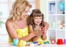 Παιδί με το mom που κάνει με το χέρι Στοκ φωτογραφία με δικαίωμα ελεύθερης χρήσης