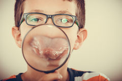 Παιδί μικρών παιδιών με την ενίσχυση - γυαλί Στοκ Φωτογραφίες
