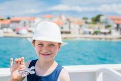 Παιδί μικρών παιδιών στο άσπρο καπέλο στις θερινές διακοπές Στοκ Φωτογραφία