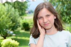 Παιδί νέων κοριτσιών earache, υπαίθριο Στοκ εικόνες με δικαίωμα ελεύθερης χρήσης