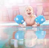 Παιδί που έχει τη διασκέδαση swimming-pool Στοκ Εικόνα