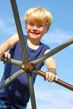 Παιδί που αναρριχείται στη γυμναστική ζουγκλών Στοκ Εικόνα
