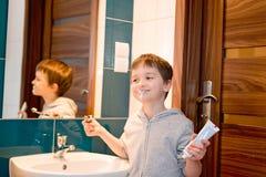 Παιδί που βουρτσίζει τα δόντια του στο λουτρό Στοκ Εικόνες