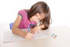 Παιδί που γράφει στο γραφείο Στοκ Φωτογραφίες