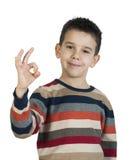 Παιδί που εμφανίζει σύμβολο επιτυχίας Στοκ φωτογραφίες με δικαίωμα ελεύθερης χρήσης