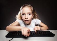 Παιδί που εξετάζει έναν υπολογιστή Στοκ Φωτογραφίες