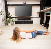 Παιδί που εξετάζει την τηλεόραση στοκ εικόνα με δικαίωμα ελεύθερης χρήσης