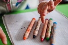 Παιδί που επιλέγει ένα χρωματίζοντας μολύβι Στοκ Εικόνες