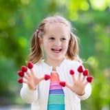Παιδί που επιλέγει και που τρώει το σμέουρο το καλοκαίρι Στοκ εικόνες με δικαίωμα ελεύθερης χρήσης