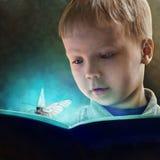 Παιδί που διαβάζει ένα μαγικό βιβλίο διανυσματική απεικόνιση