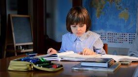 παιδί που κάνει την εργασί&a απόθεμα βίντεο