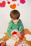 Παιδί που κάνει τις τέχνες, την αγάπη και τις καρδιές ημέρας του βαλεντίνου Στοκ Φωτογραφίες