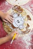 Παιδί που κατασκευάζει το μελόψωμο Χριστουγέννων Στοκ Εικόνα