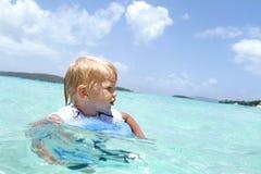Παιδί που κολυμπά στον τροπικό ωκεανό στοκ φωτογραφίες