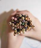 Παιδί που κρατά έναν σωρό των μολυβιών Στοκ φωτογραφία με δικαίωμα ελεύθερης χρήσης