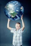 Παιδί που κρατά τη γη στα χέρια του Στοκ Φωτογραφίες