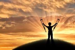 Παιδί που μένεται ανάπηρο με τα δεκανίκια στο ηλιοβασίλεμα λόφων Στοκ εικόνα με δικαίωμα ελεύθερης χρήσης