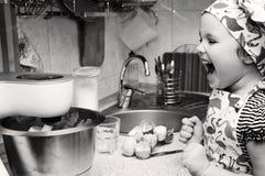 Παιδί που μαγειρεύει στο σπίτι Γραπτή φωτογραφία του Πεκίνου, Κίνα στοκ εικόνα