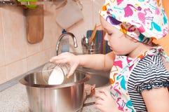 Παιδί που μαγειρεύει στο σπίτι στοκ εικόνες