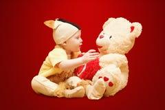 Παιδί που μιλά με τη teddy αρκούδα Στοκ Εικόνες