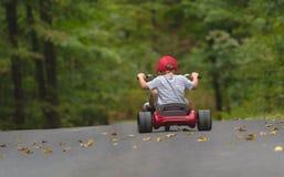 Παιδί που οδηγά ένα μεγάλο ποδήλατο ροδών στοκ φωτογραφία