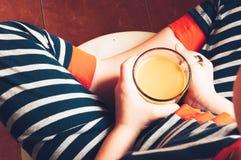 Παιδί που πίνει το καυτό κακάο από το φλυτζάνι στοκ φωτογραφία με δικαίωμα ελεύθερης χρήσης