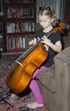 Παιδί που παίζει ένα βιολοντσέλο Στοκ φωτογραφίες με δικαίωμα ελεύθερης χρήσης