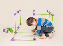 Παιδί που παίζει και που χτίζει ένα οχυρό στοκ φωτογραφία