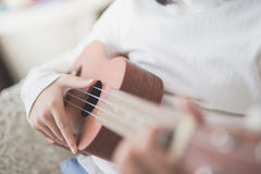 Παιδί που παίζει ukulele Στοκ φωτογραφίες με δικαίωμα ελεύθερης χρήσης