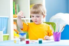 Παιδί που παίζουν και που χρωματίζουν στο σπίτι ή παιδικός σταθμός ή playschool Στοκ εικόνα με δικαίωμα ελεύθερης χρήσης