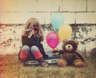 Παιδί που παίρνει τη φωτογραφία με την εκλεκτής ποιότητας κάμερα Στοκ φωτογραφία με δικαίωμα ελεύθερης χρήσης