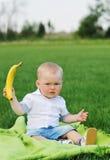 Παιδί που παρουσιάζει μπανάνα Στοκ Εικόνα