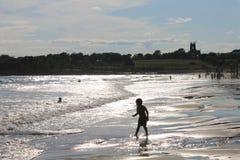 Παιδί που περπατά στη δεύτερη παραλία του Νιούπορτ, Ρόουντ Άιλαντ Στοκ Φωτογραφία