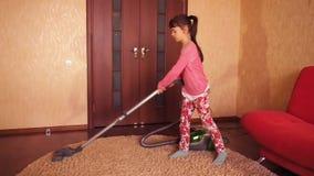 Παιδί που σκουπίζει το δωμάτιο με ηλεκτρική σκούπα απόθεμα βίντεο