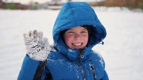 Παιδί που στέκεται και γλυκός που χαμογελά στο χειμώνα φιλμ μικρού μήκους