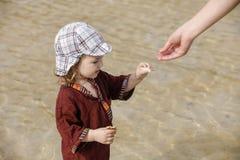 Παιδί που συλλέγει τα κοχύλια στην τροπική παραλία στοκ φωτογραφία με δικαίωμα ελεύθερης χρήσης