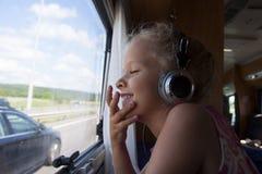 Παιδί που ταξιδεύει σε ένα τροχόσπιτο στρατοπέδευσης Στοκ Εικόνες