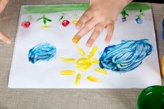 Παιδί που το χρώμα με τα δάχτυλά σας στοκ εικόνες
