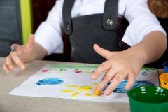 Παιδί που το χρώμα με τα δάχτυλά σας στοκ φωτογραφία