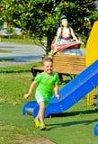 Παιδί που τρέχει υπαίθρια στο πάρκο παιχνιδιού Στοκ Φωτογραφίες