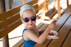 Παιδί που τρώει ένα παγωτό Στοκ εικόνα με δικαίωμα ελεύθερης χρήσης