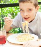 Παιδί που τρώει τα ζυμαρικά υπαίθρια Στοκ Εικόνα